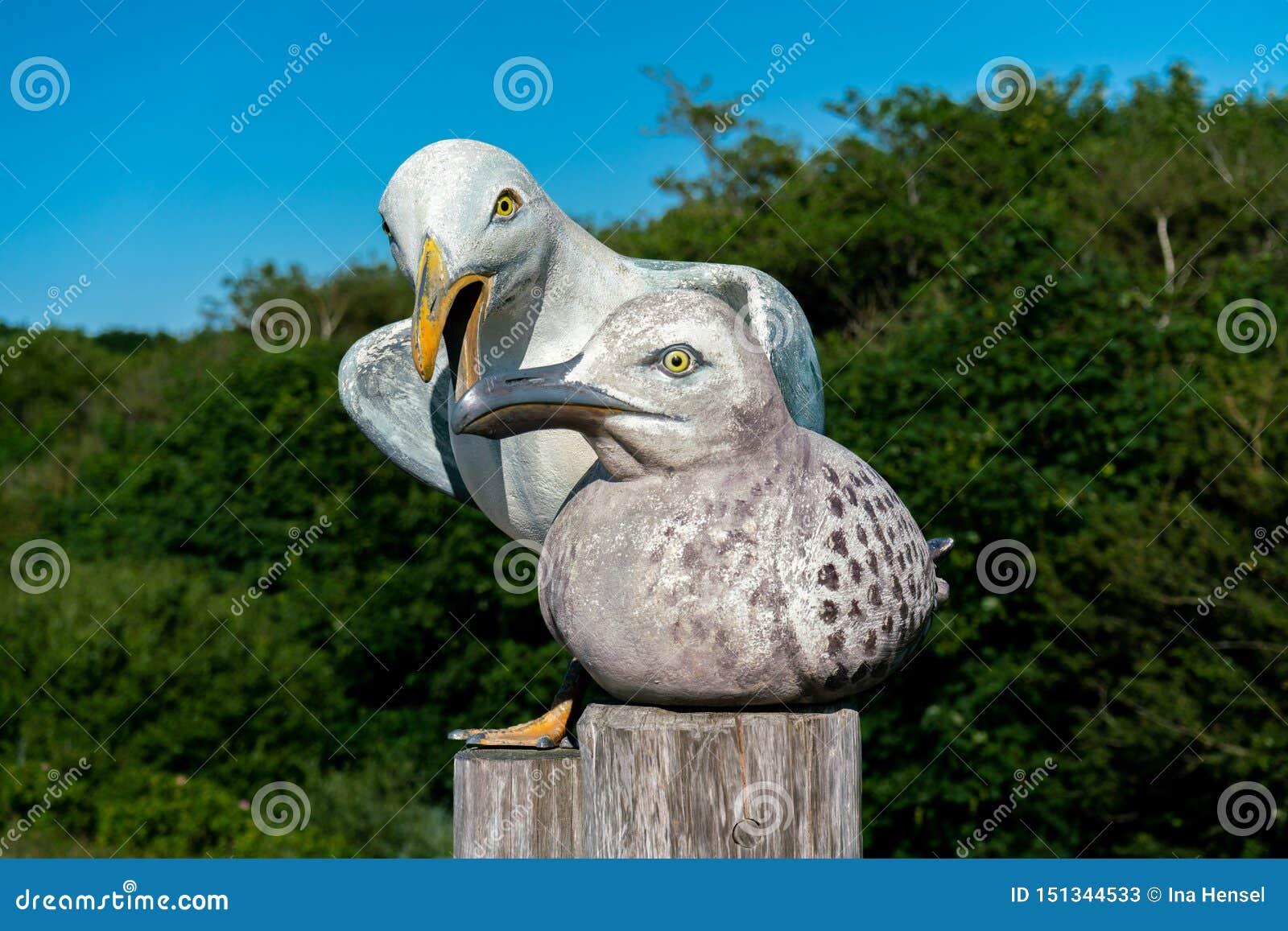 Skulptur av en man och en kvinnlig seagull