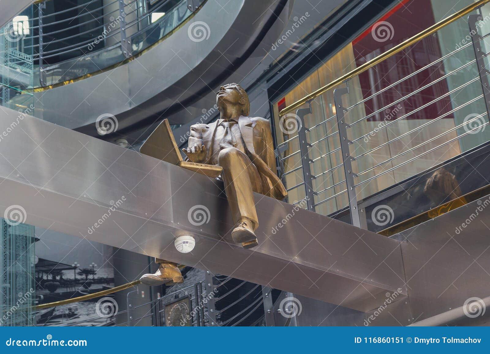 Skulptur av en man som arbetar på en bärbar dator