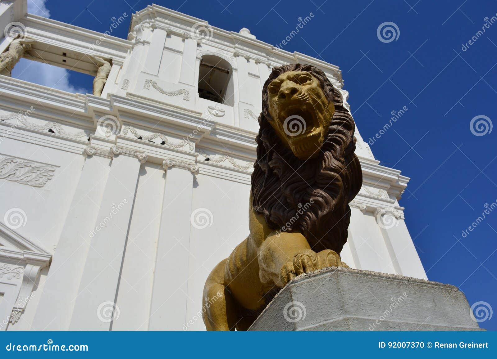 Skulptur av ett lejon på domkyrkan av Leon, en UNESCOarvmitt i Nicaragua