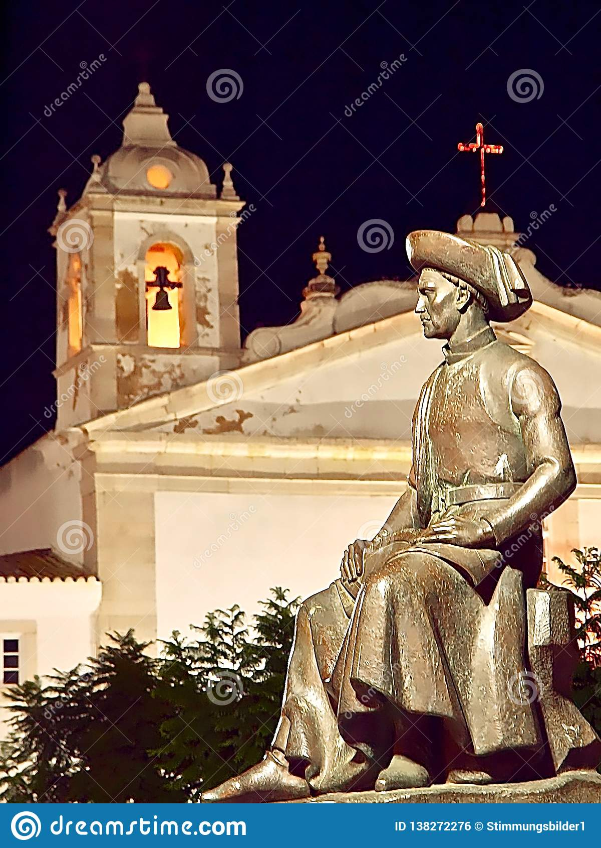 Skulptur av Henrique i Lagos i Portugal på natten