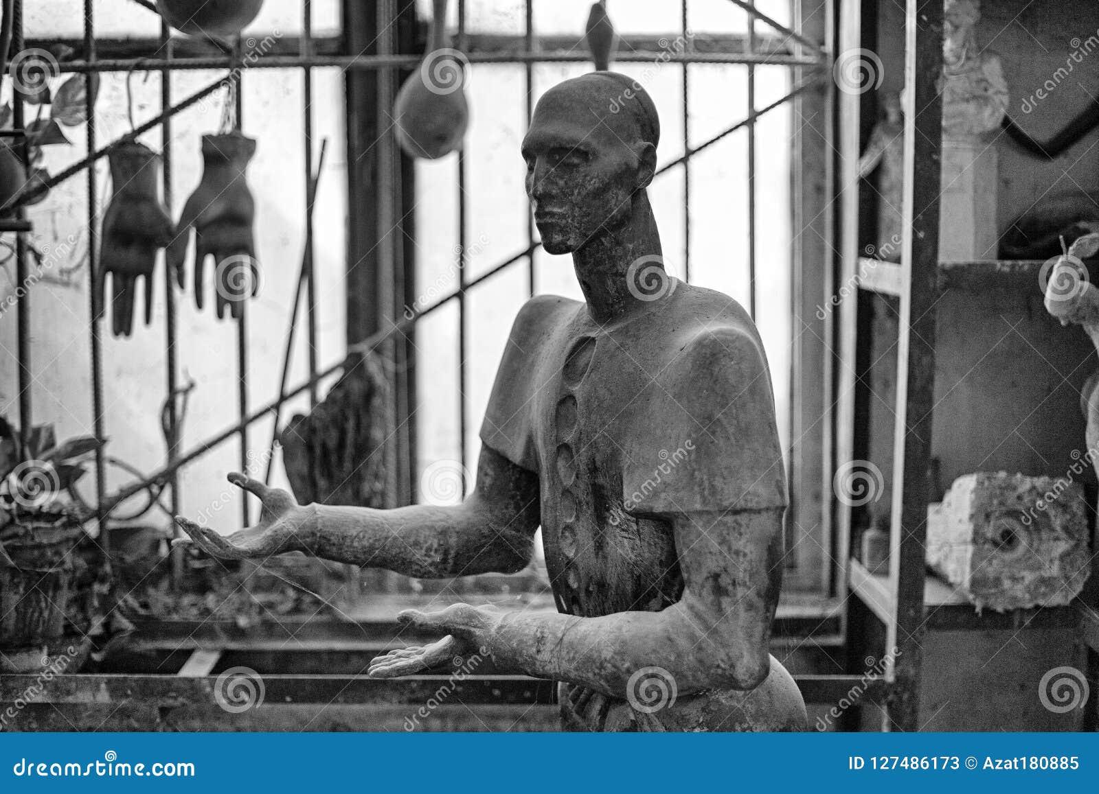 Skulptur des Kopfes des Unbekannten in der Bildhauer ` s Werkstatt Bild in Schwarzweiss