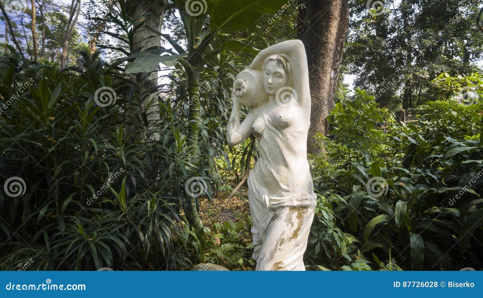 Skulptur Im Garten Stockfoto Bild Von Skulptur Mädchen 87726028