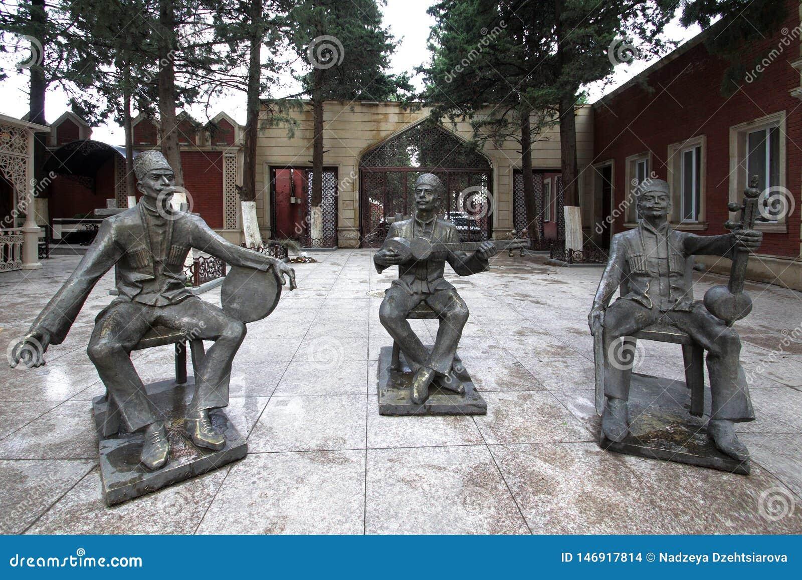 Skulptural grupp i mitten av staden