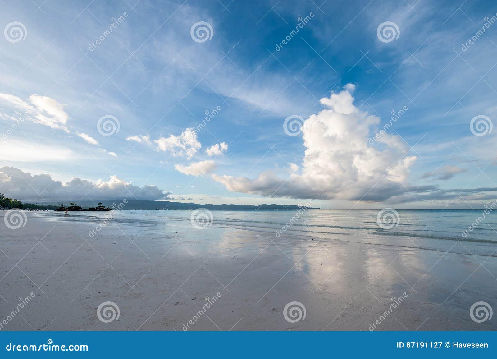 Sky ovanför havet