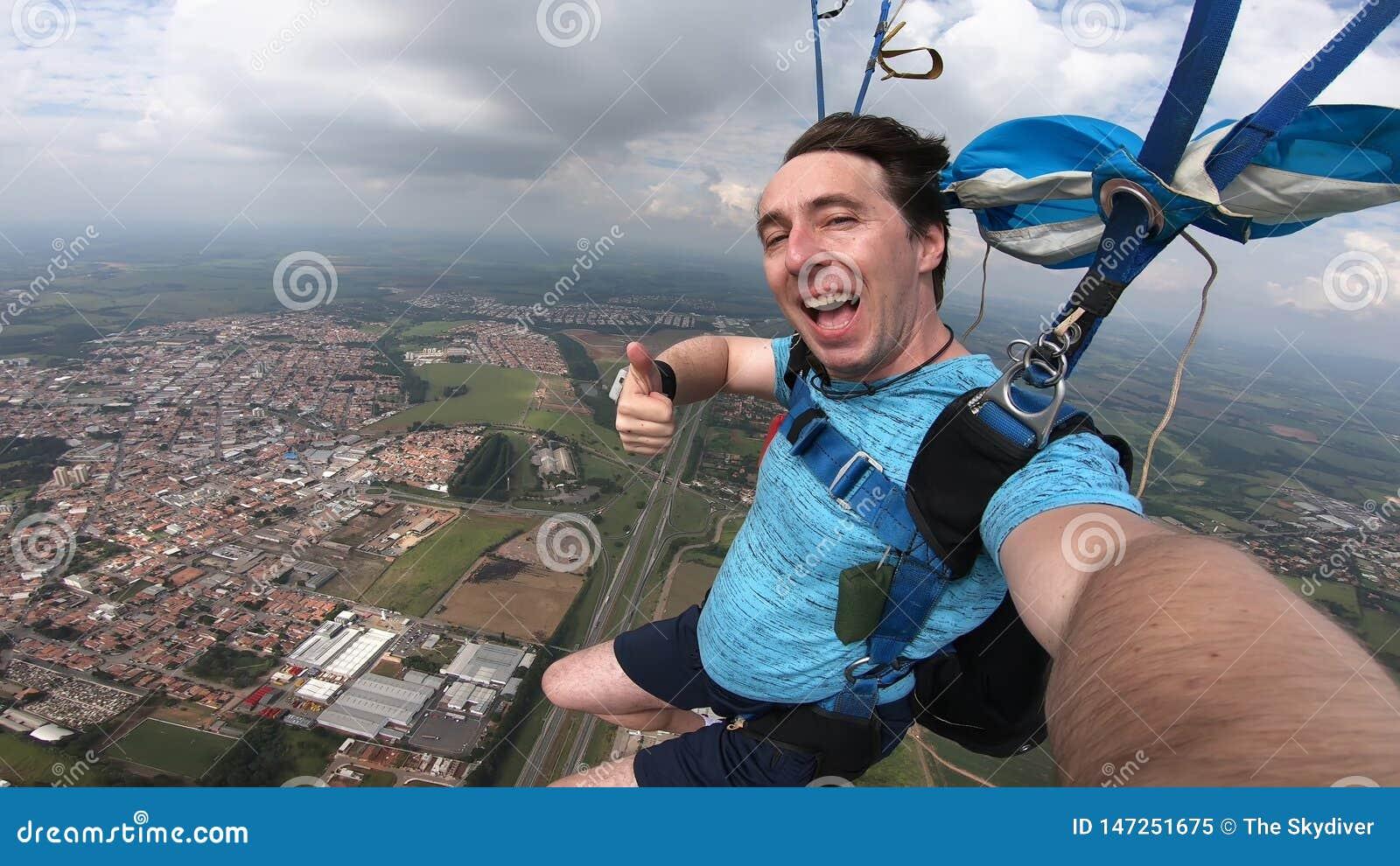 Skydiver делая selfie после свободного падения