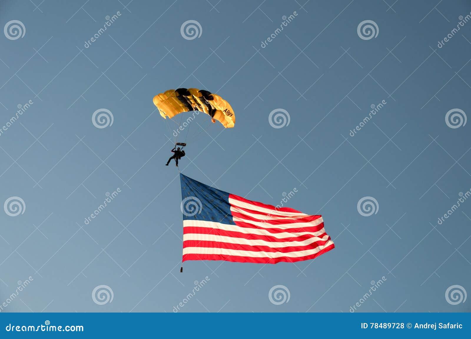 Skydiver del Ejército de los EE. UU. con la bandera de los E.E.U.U.