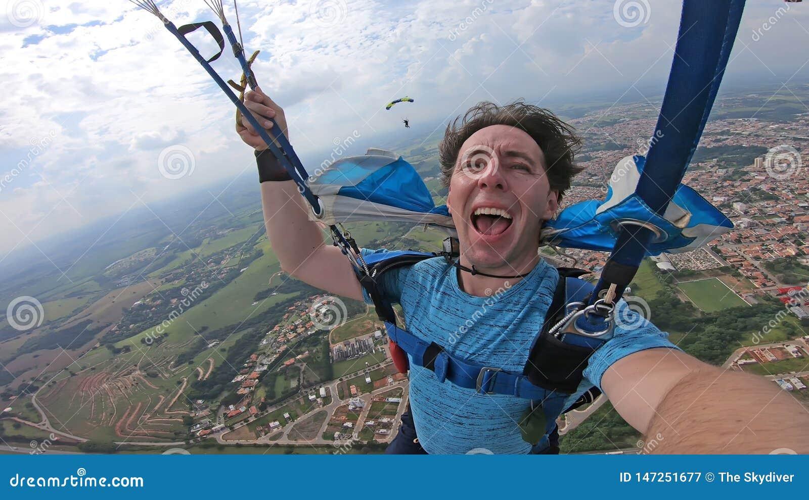 Skydiver die een selfie na de vrije daling maken