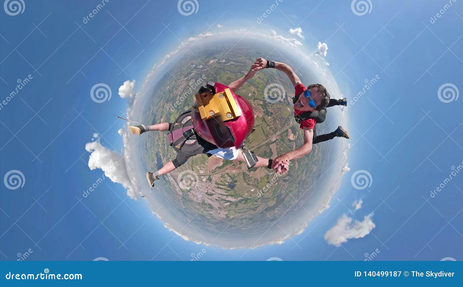 Skydivers, die kleine Planetenansicht des Spaßes haben