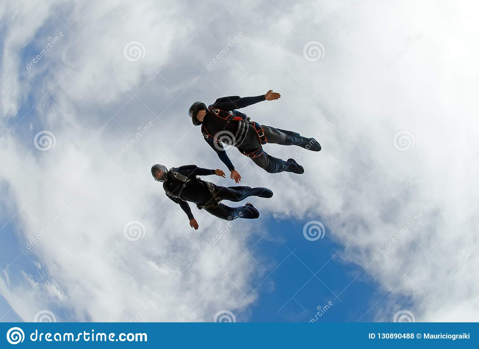 Skydivers die snel duiken