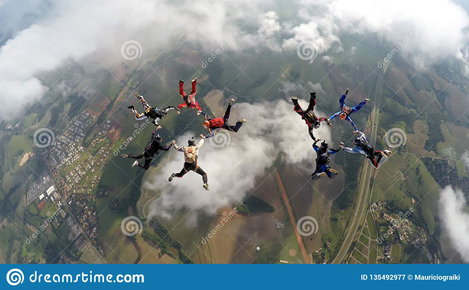 Skydivers, die zwei Kreise machen