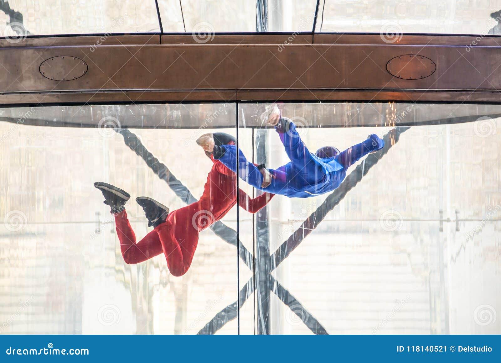 Skydivers i den inomhus vindtunnelen, fritt fallsimulator