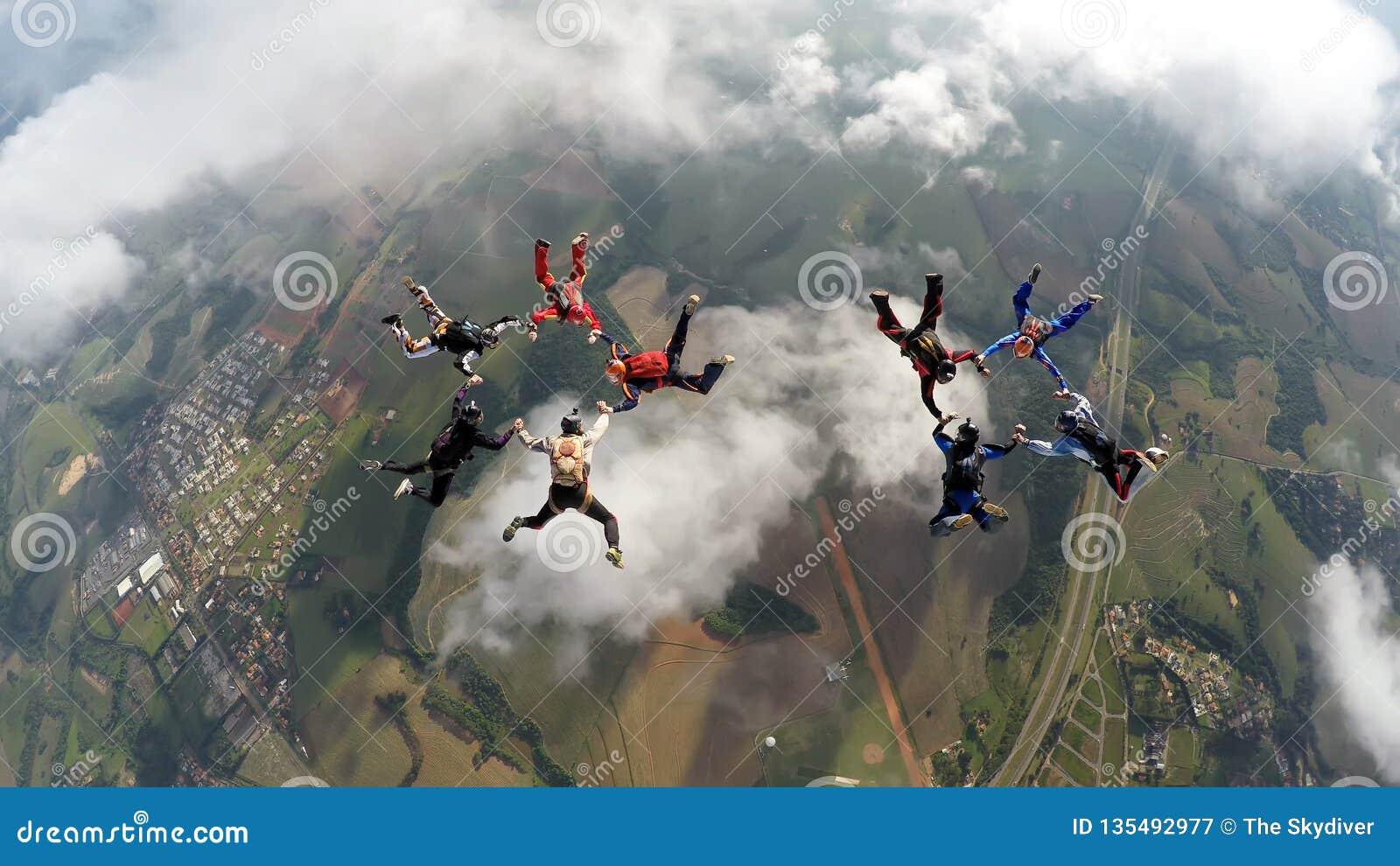 Skydivers que fazem dois círculos