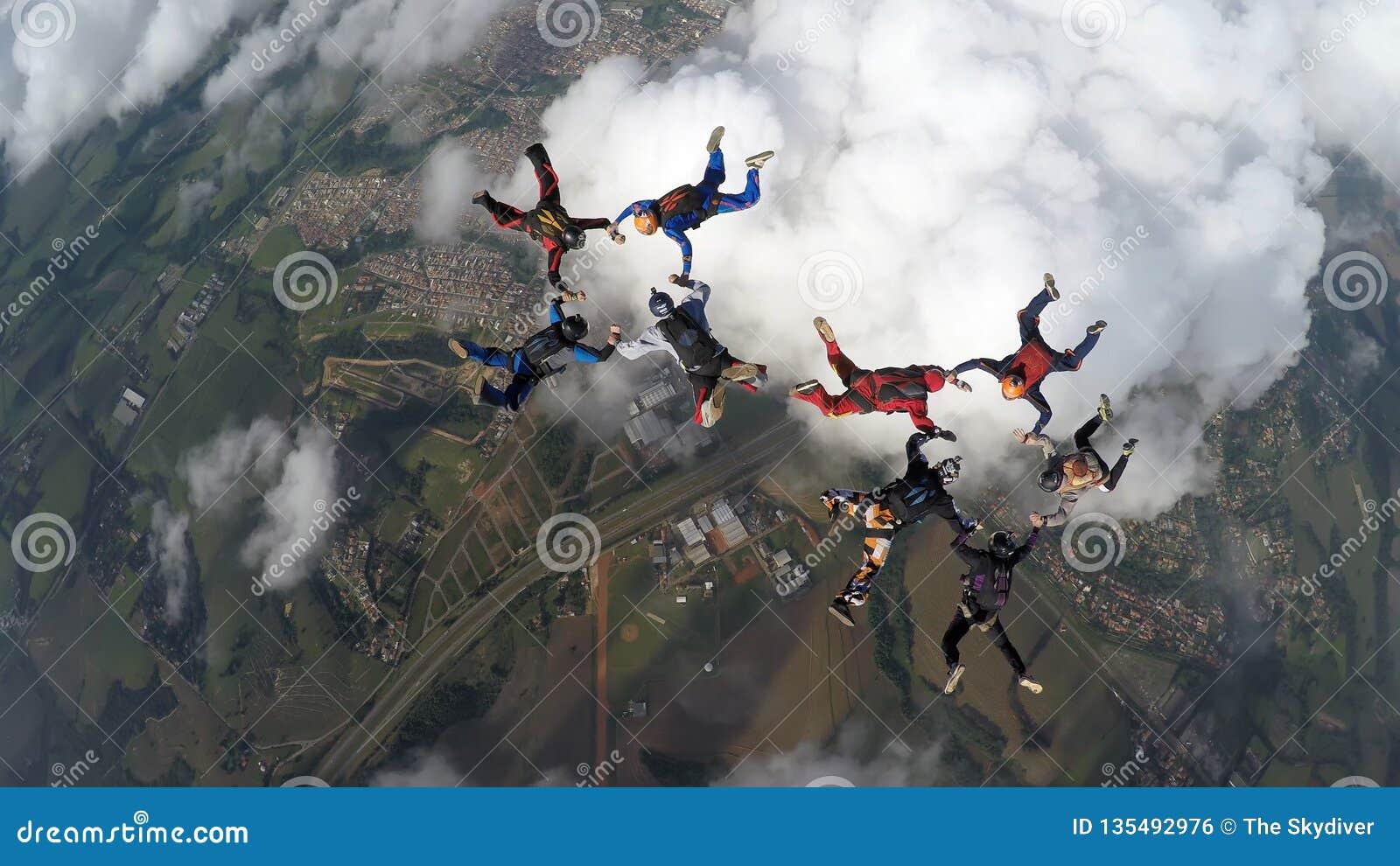 Skydivers som gör två cirklar