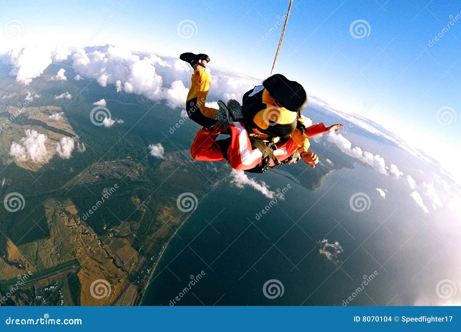 Skydivers sopra il litorale