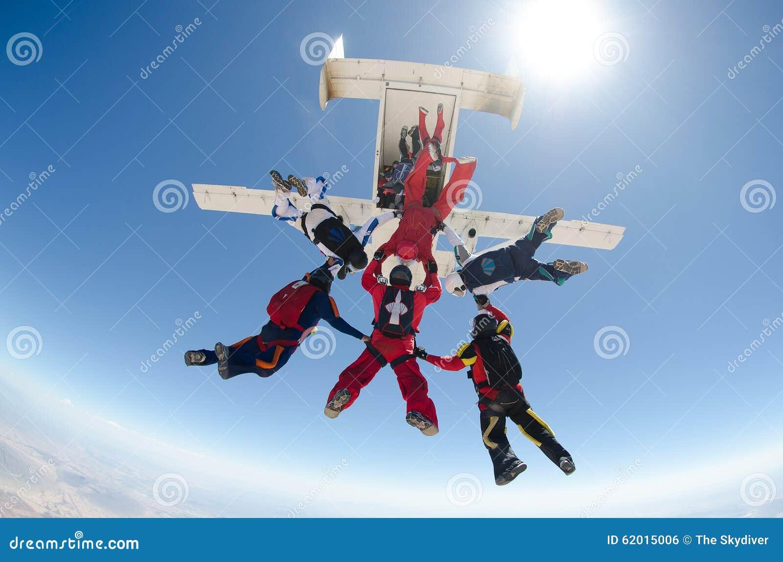 Skydiving人从飞机跳