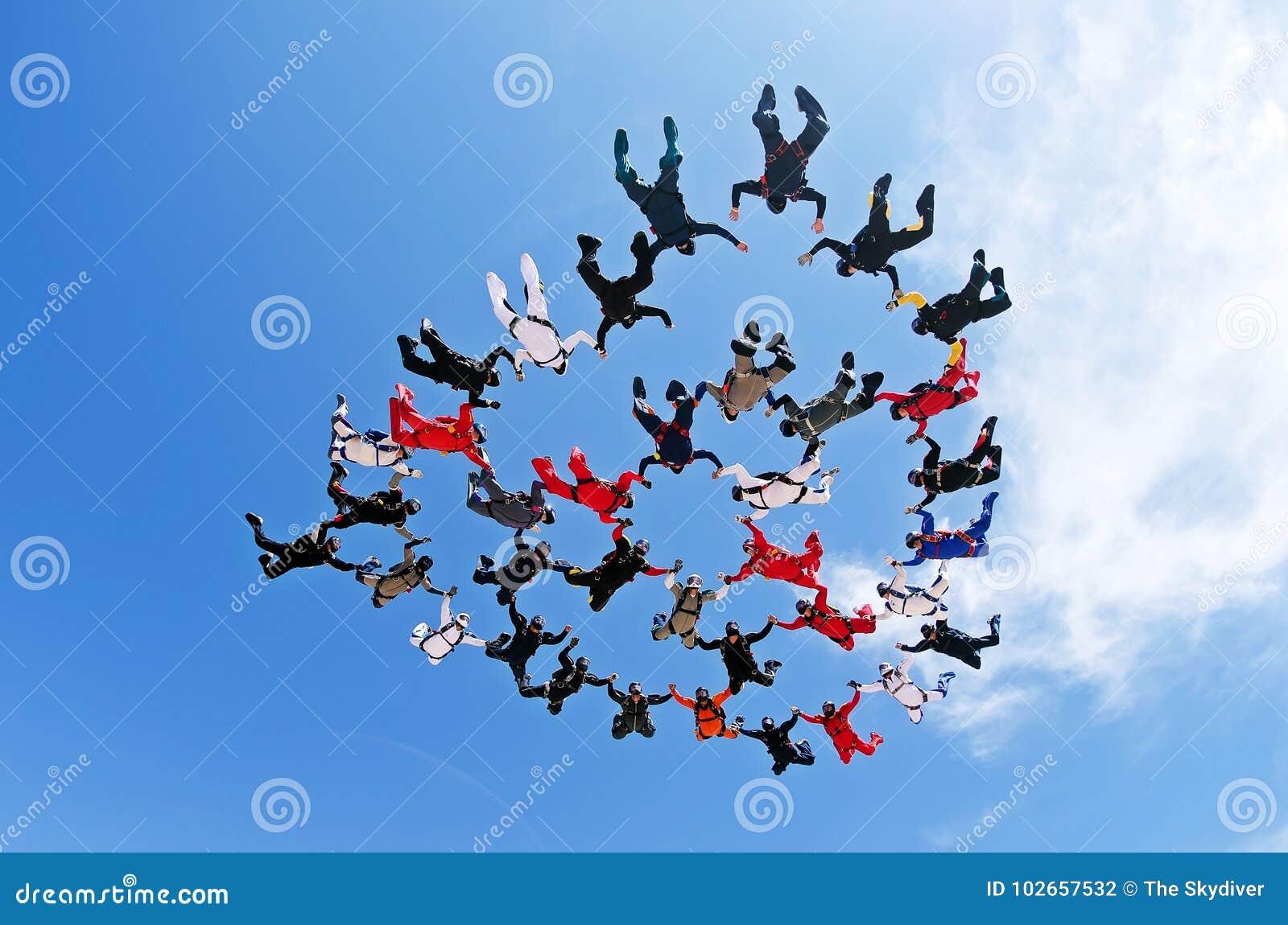 Skydiving队工作低角度视图