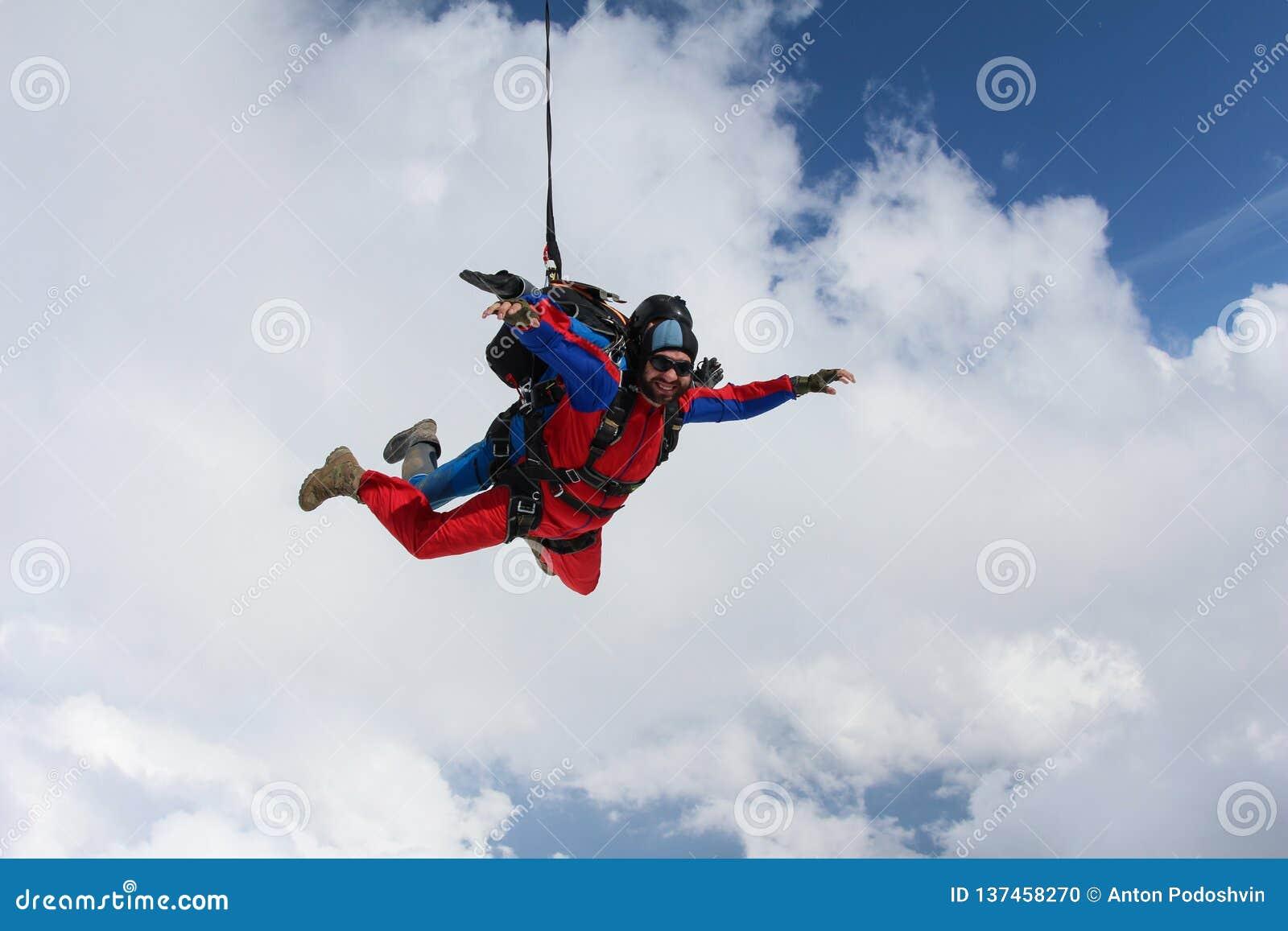 Skydiving 一前一后在云彩飞行