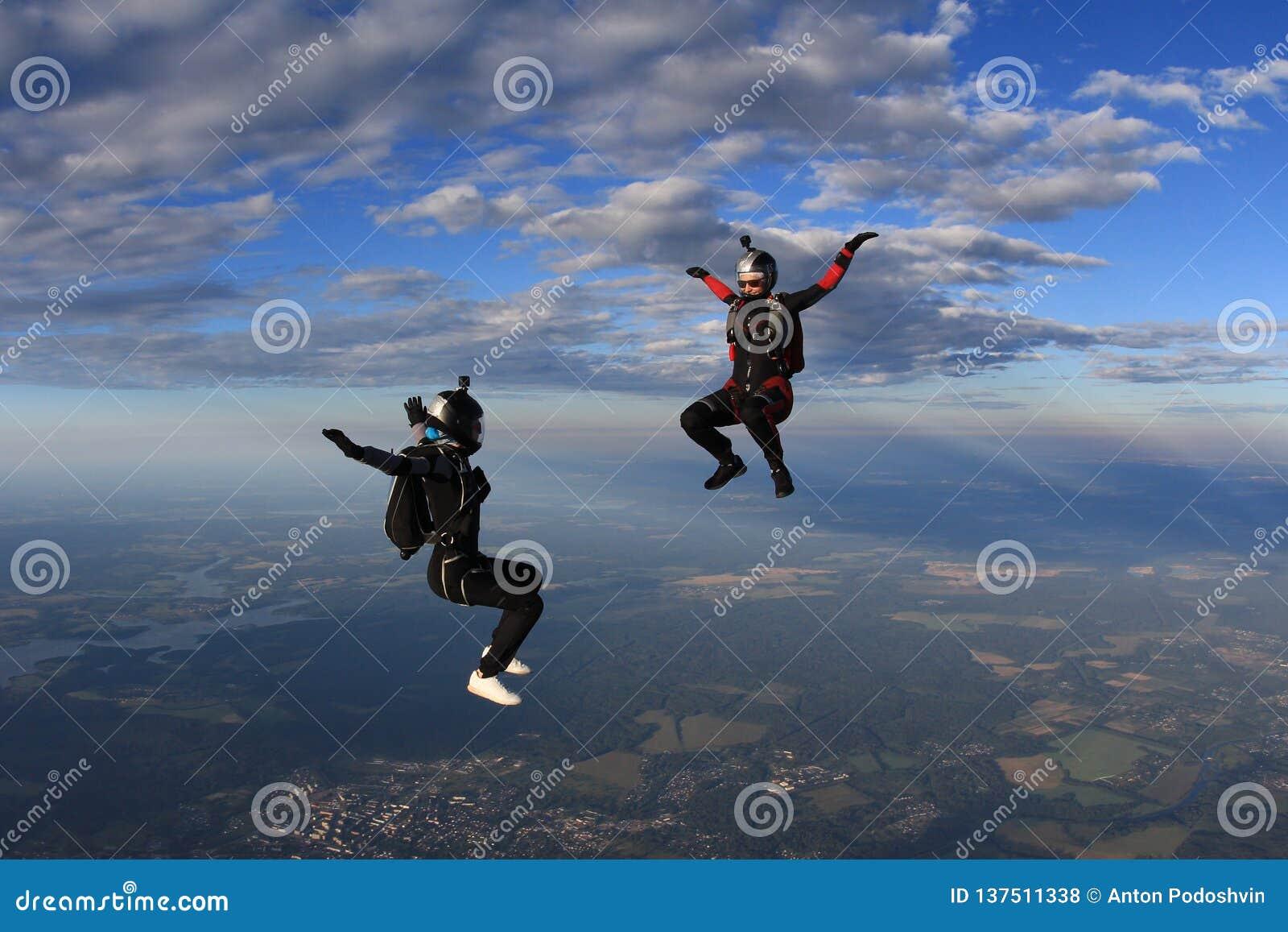 Skydiving 两个beatuful女孩在天空飞行