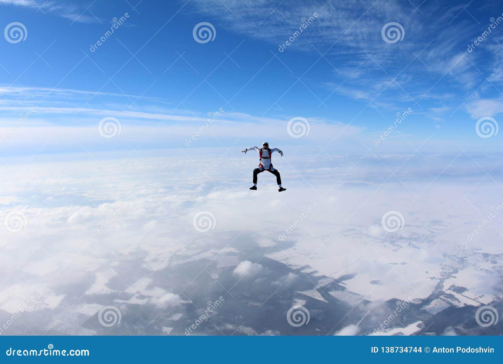 Skydiving 跳伞运动员在云彩上坐