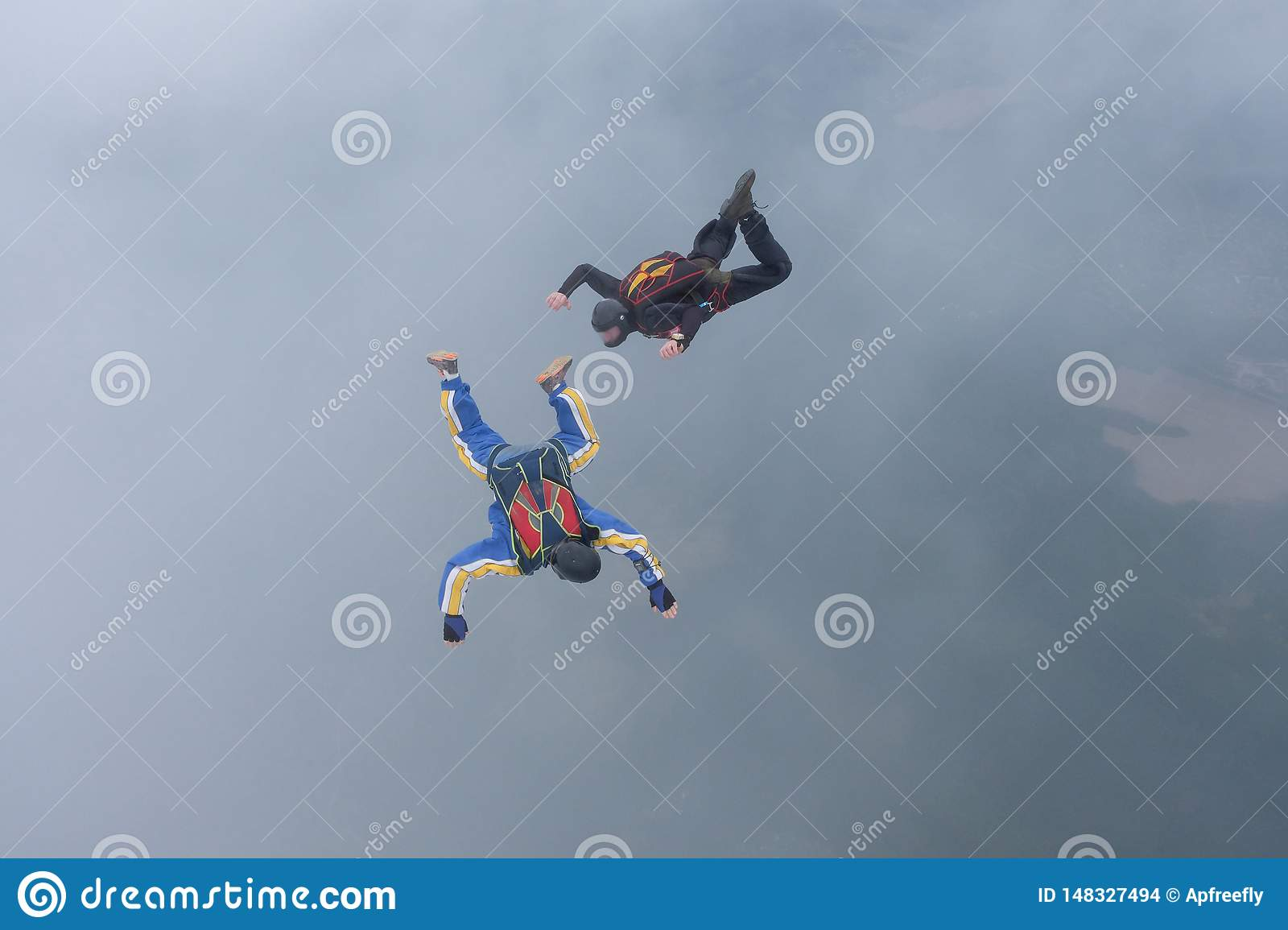 Skydiving Dois skydivers s?o flyingin o c?u