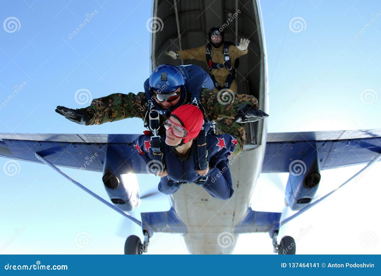 Skydiving El momento de saltar de un aeroplano