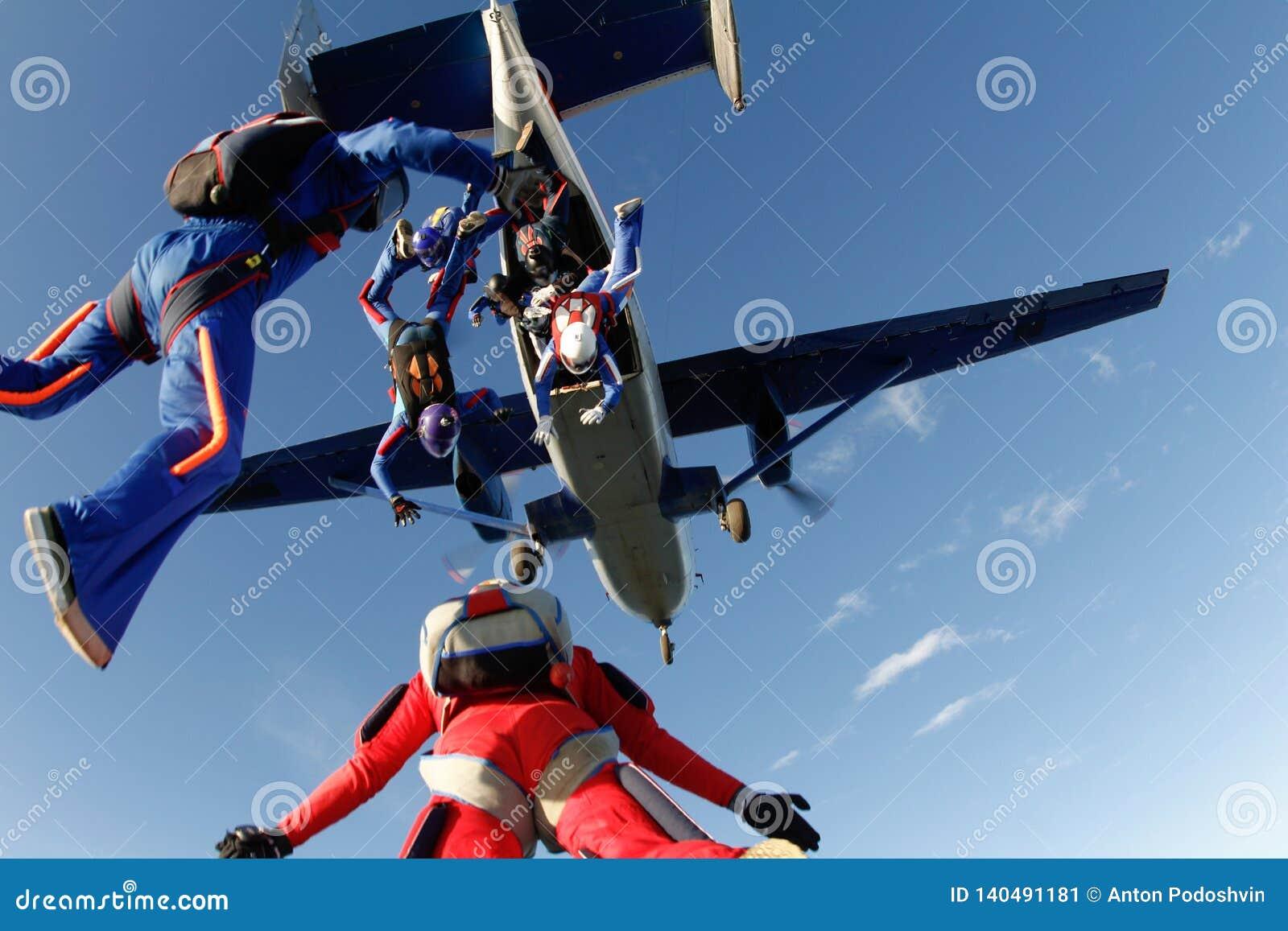 Skydiving Några skydivers hoppar ut ur en stor nivå