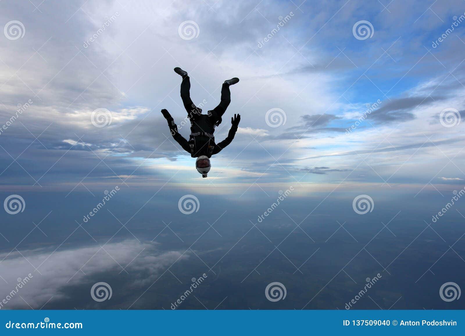 Skydiving O Skydiver está caindo na posição inferior principal