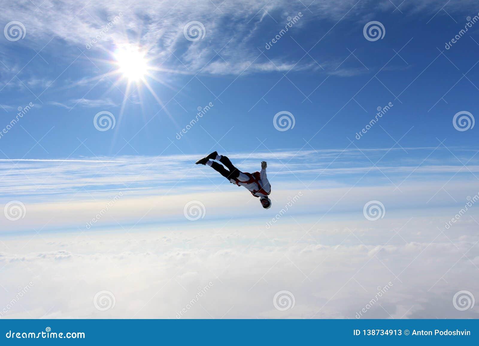 Skydiving Skydiver vliegt boven witte wolken