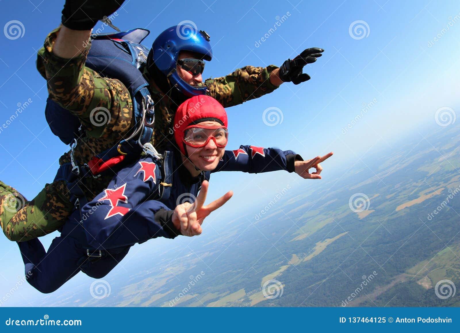 Skydiving tandem spada w niebieskim niebie
