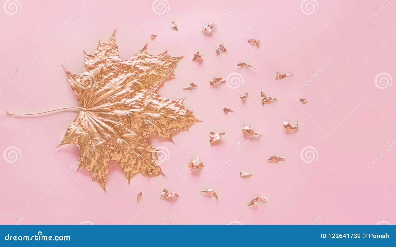 Skyler över brister den rosa guld- lönnlövet för hösten med beståndsdelsmulor på pastellfärgade rosa färger bakgrund Minsta idéri