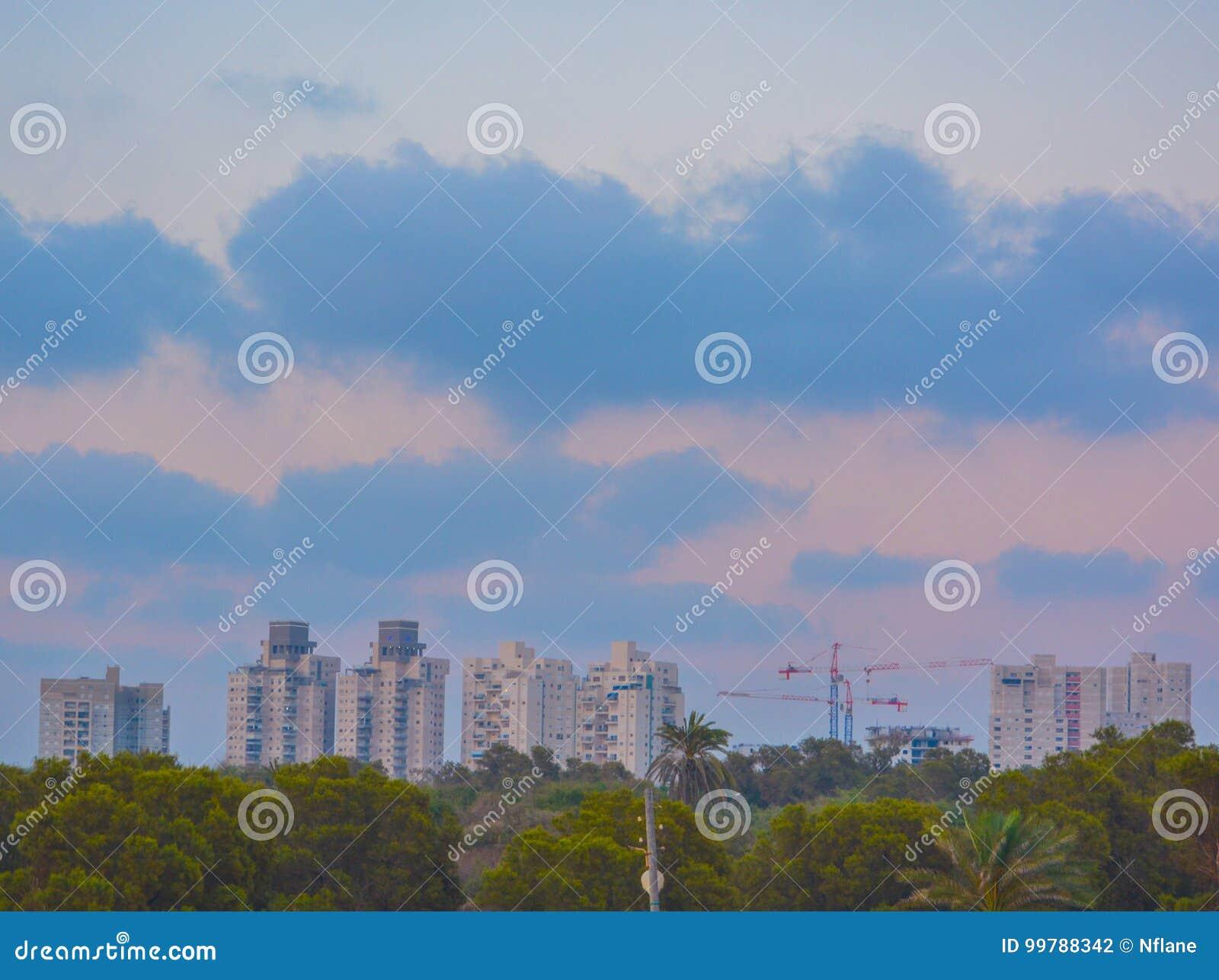 Skyline Ashkelon Israel mit Kränen