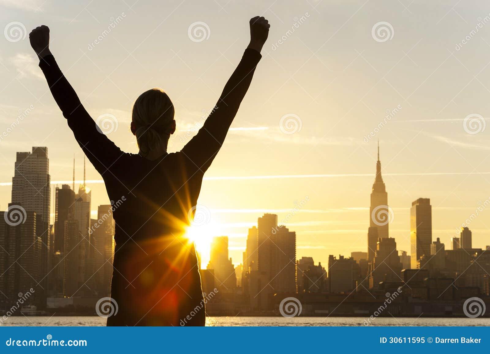 Skyline bem sucedida de New York City do nascer do sol da mulher