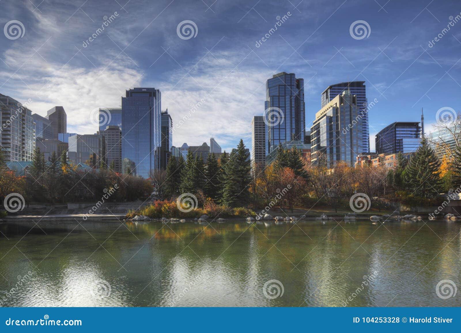 Skyline Calgarys, Kanada mit Herbstlaub