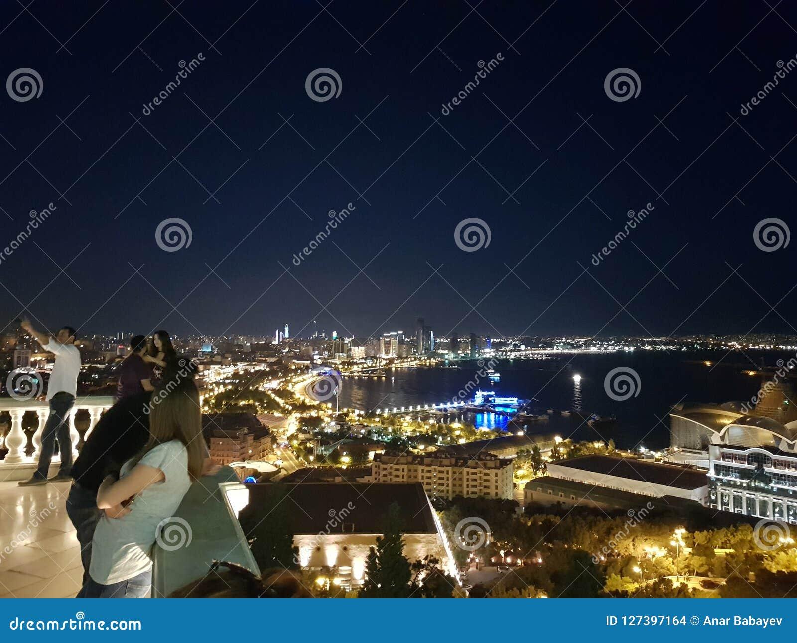 The skyline and Caspian Sea at night in Baku City, Azerbaijan foto