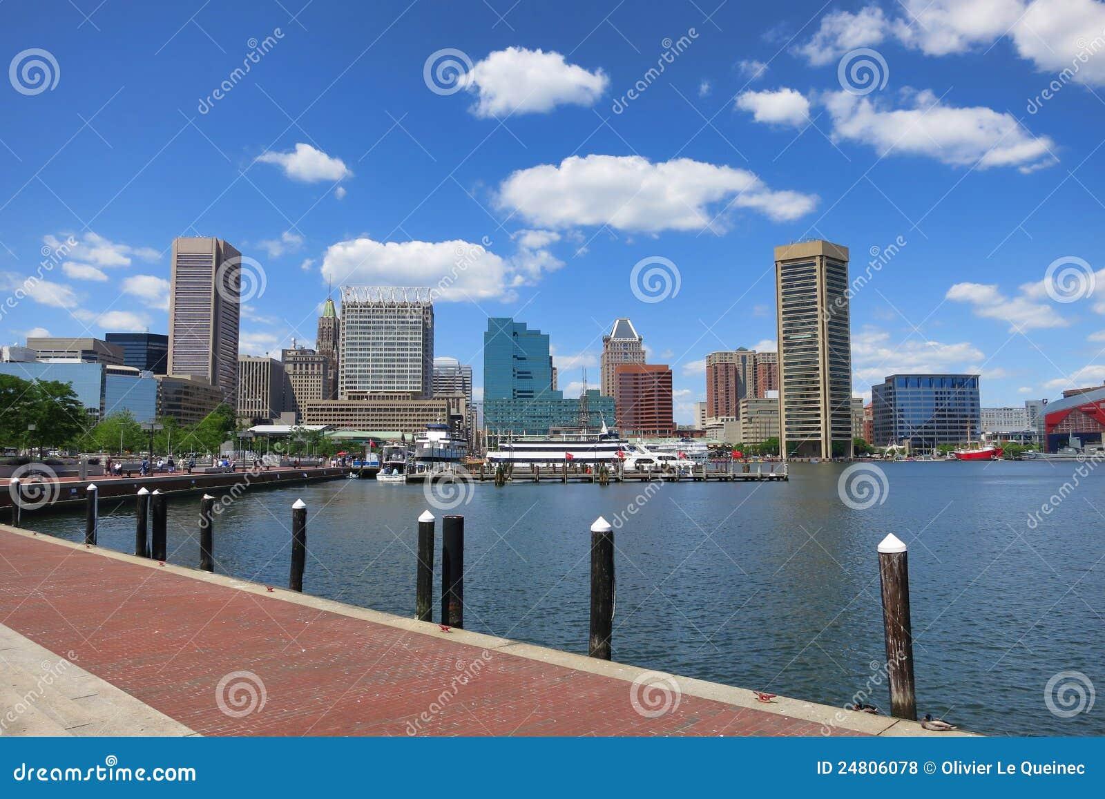 Skyline da baixa do porto interno de Baltimore Maryland