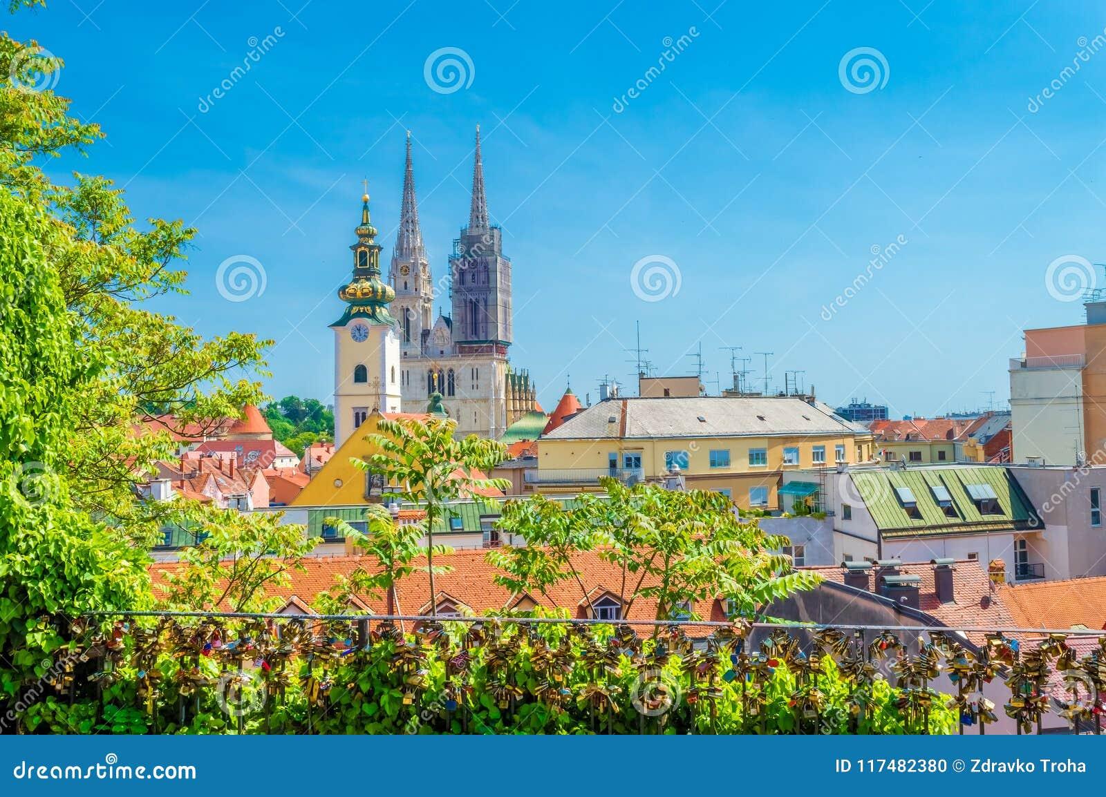 Skyline da catedral e da cidade de Zagreb