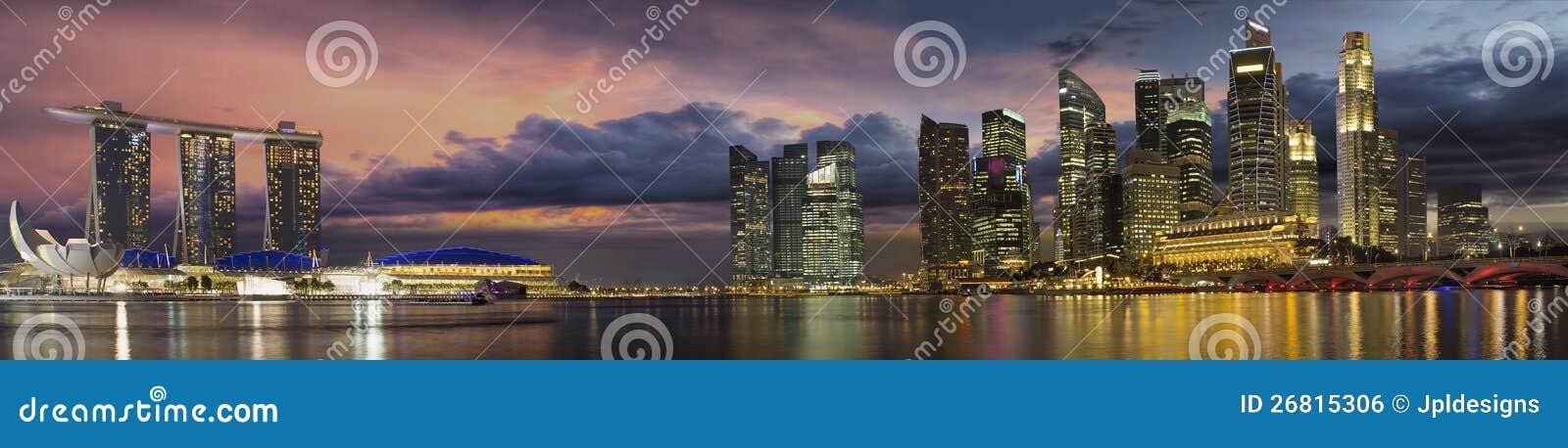 Skyline da cidade de Singapore no panorama do por do sol