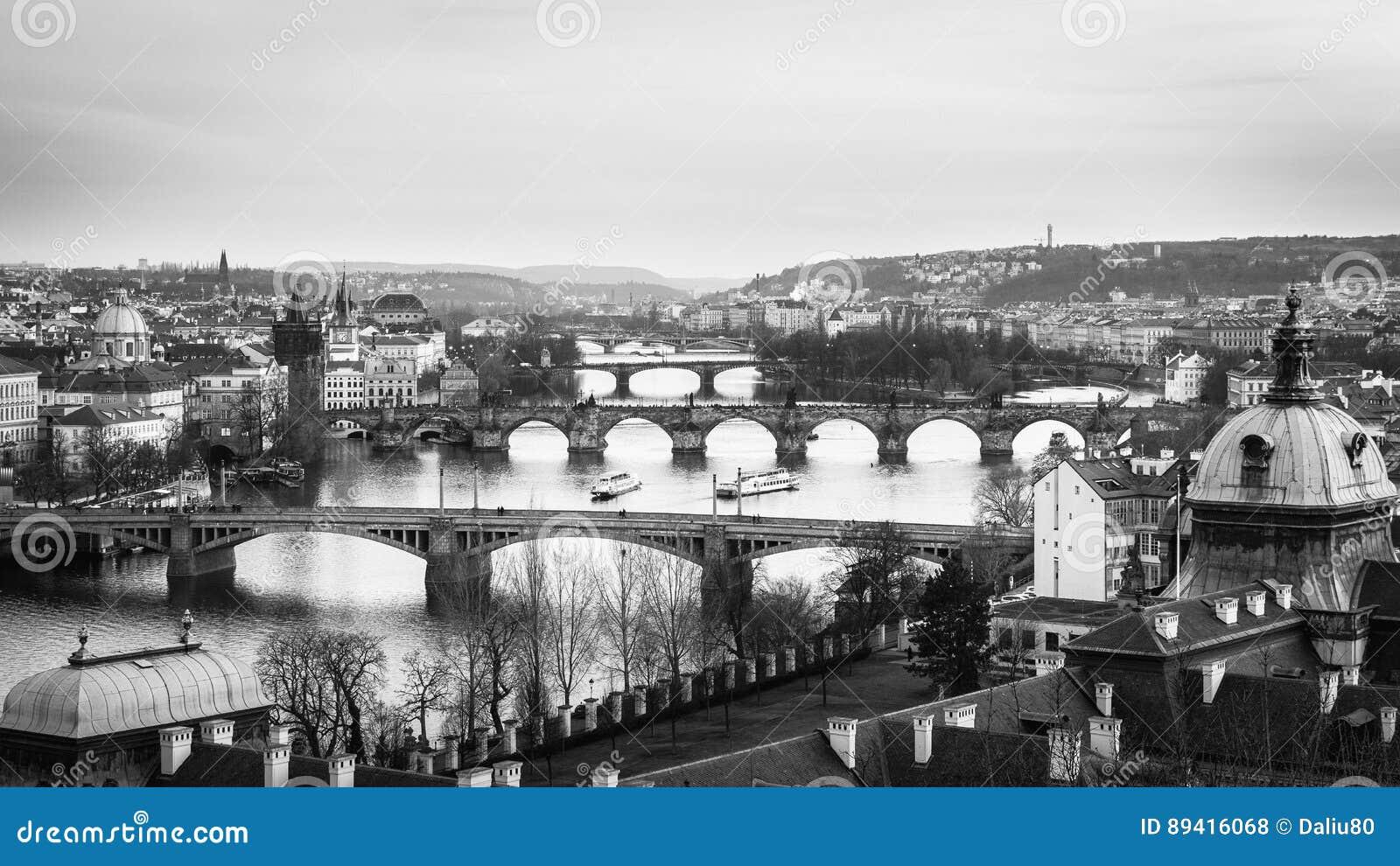 Skyline da cidade do panorama de Praga em preto e branco e em Charles Brid