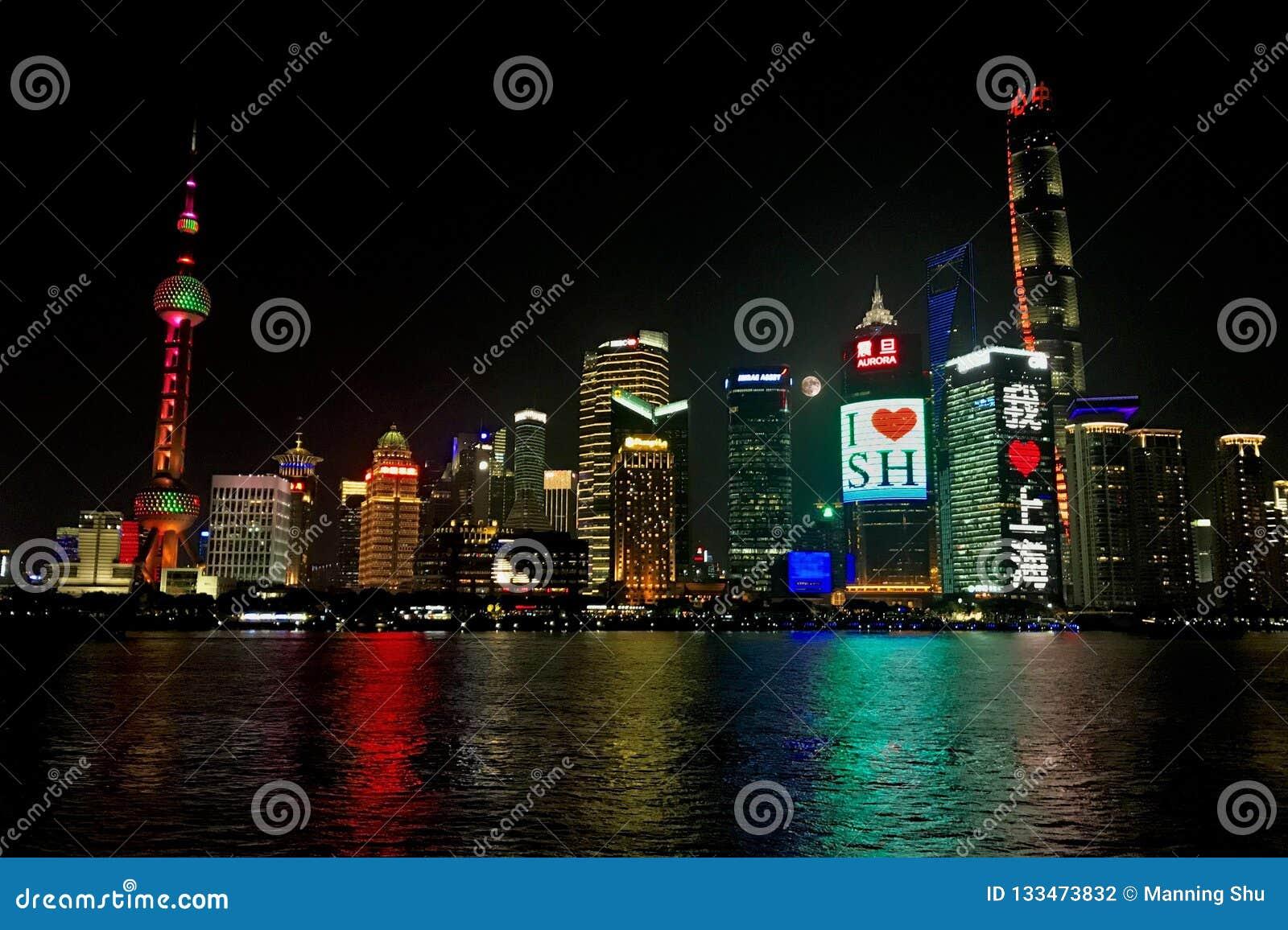 Skyline da noite de Shanghai com Lua cheia
