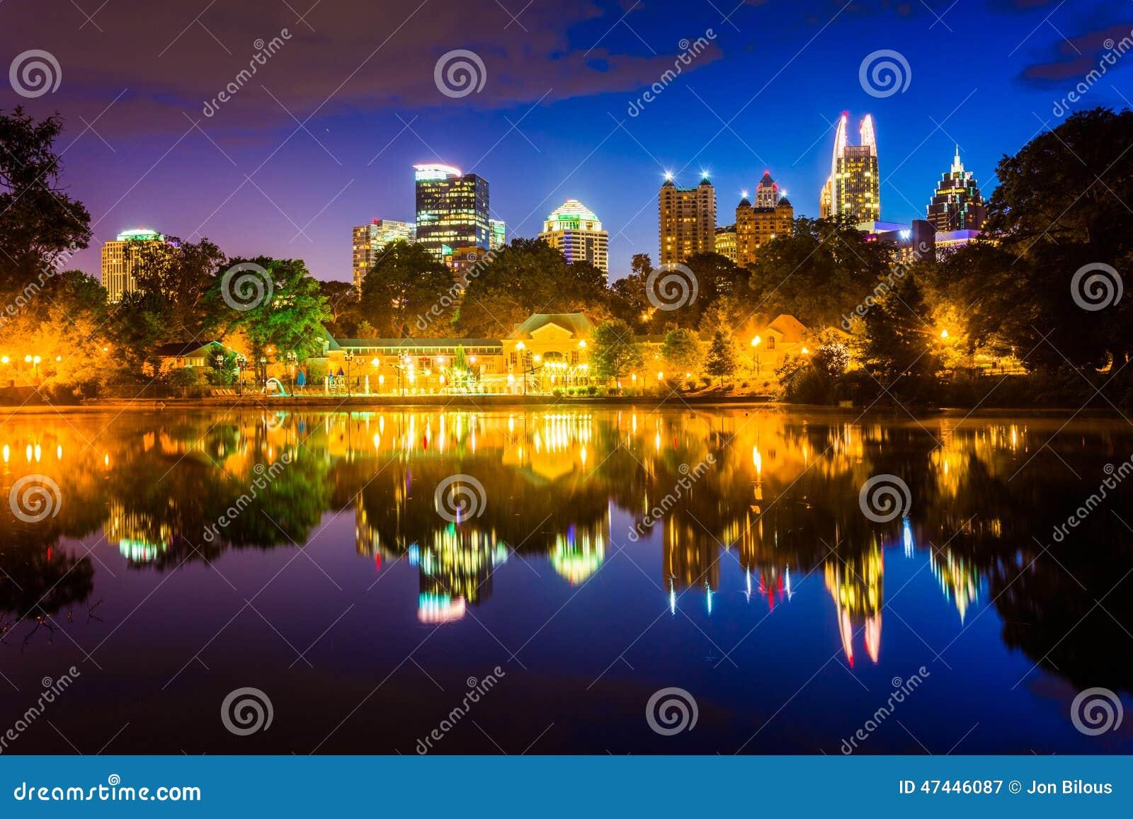 A skyline de Atlanta que reflete no lago Clara Meer no Pa de Piedmont