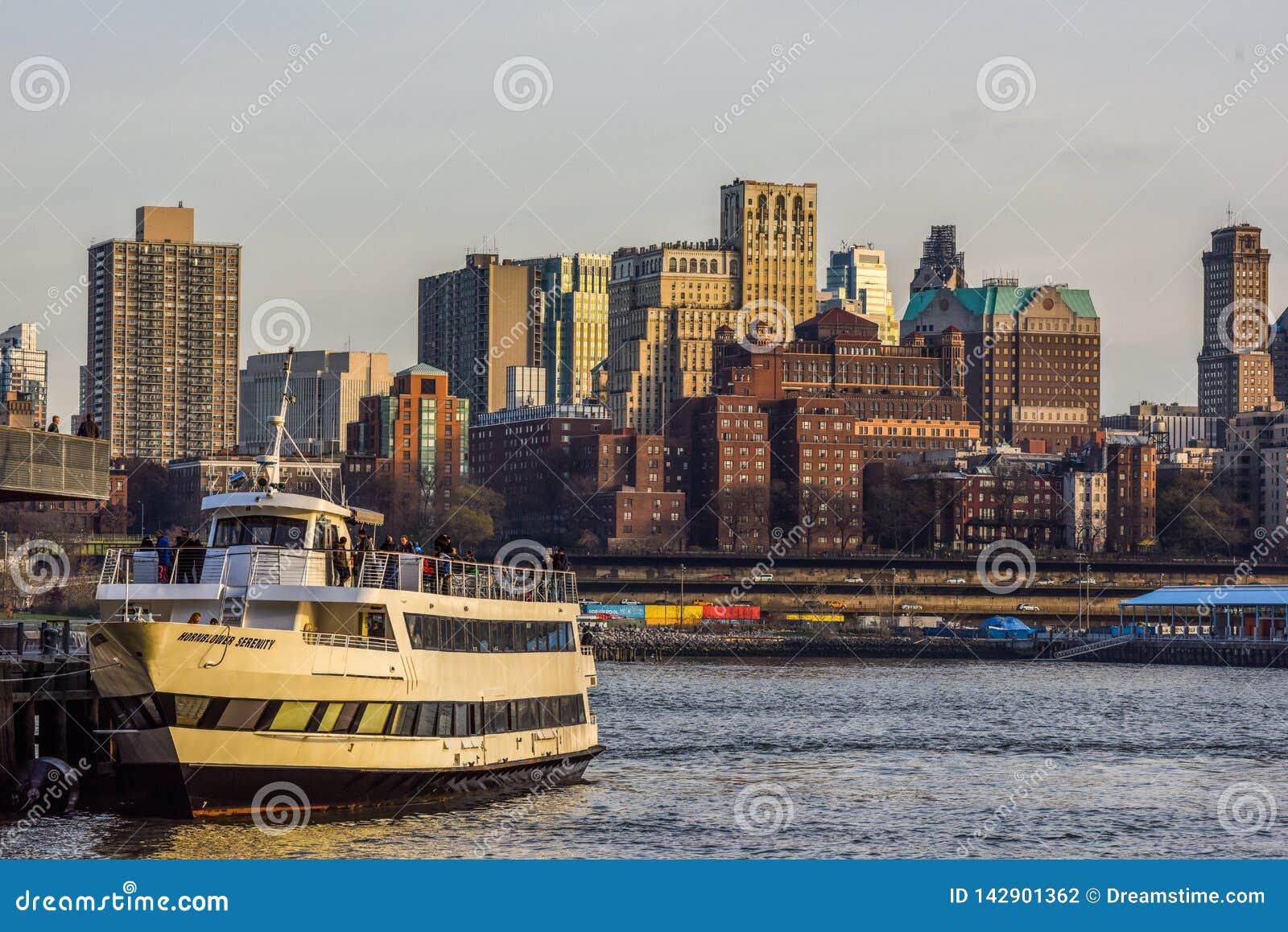 Skyline de Brooklyn no por do sol com o barco na vista