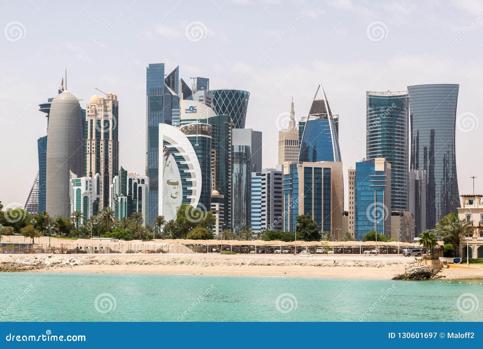 A skyline de Doha, Catar Cidade do Oriente Médio rica moderna