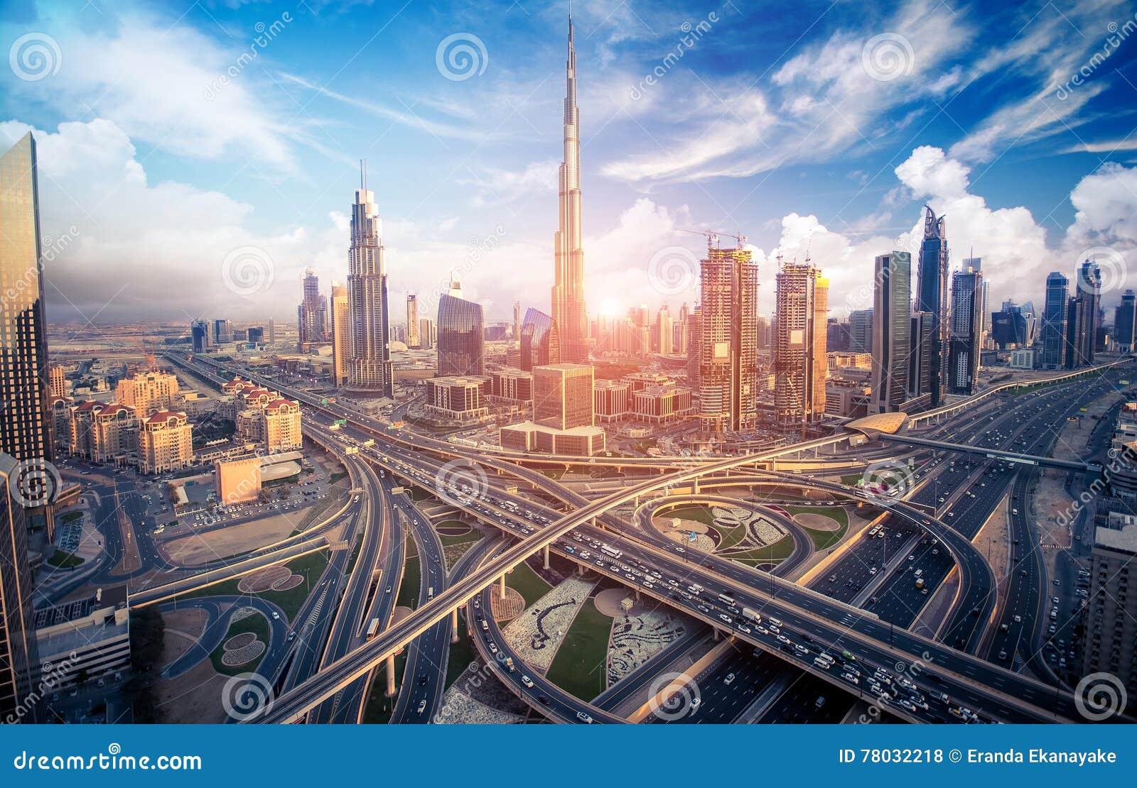 Skyline de Dubai com a cidade bonita perto do it& x27; a estrada a mais ocupada de s no tráfego