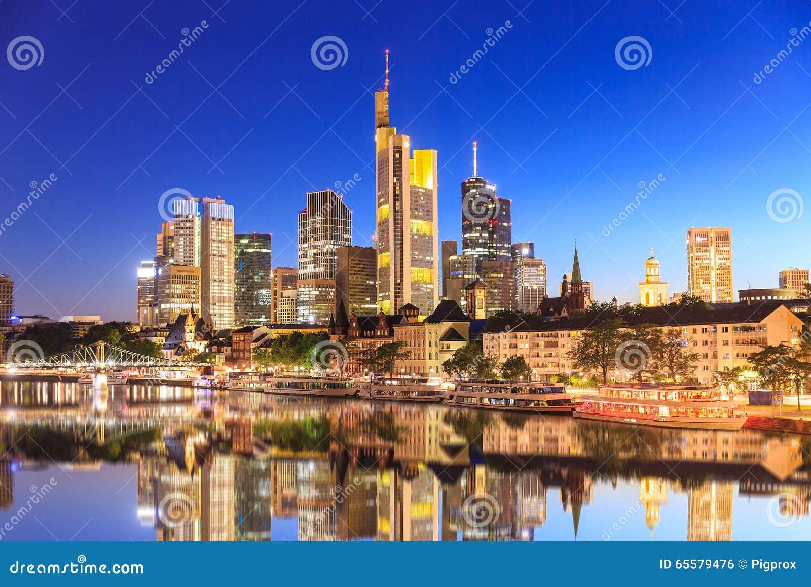 Skyline de Francoforte durante a hora do azul do por do sol