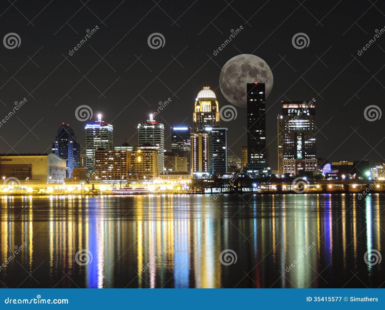 Skyline de Louisville com a lua