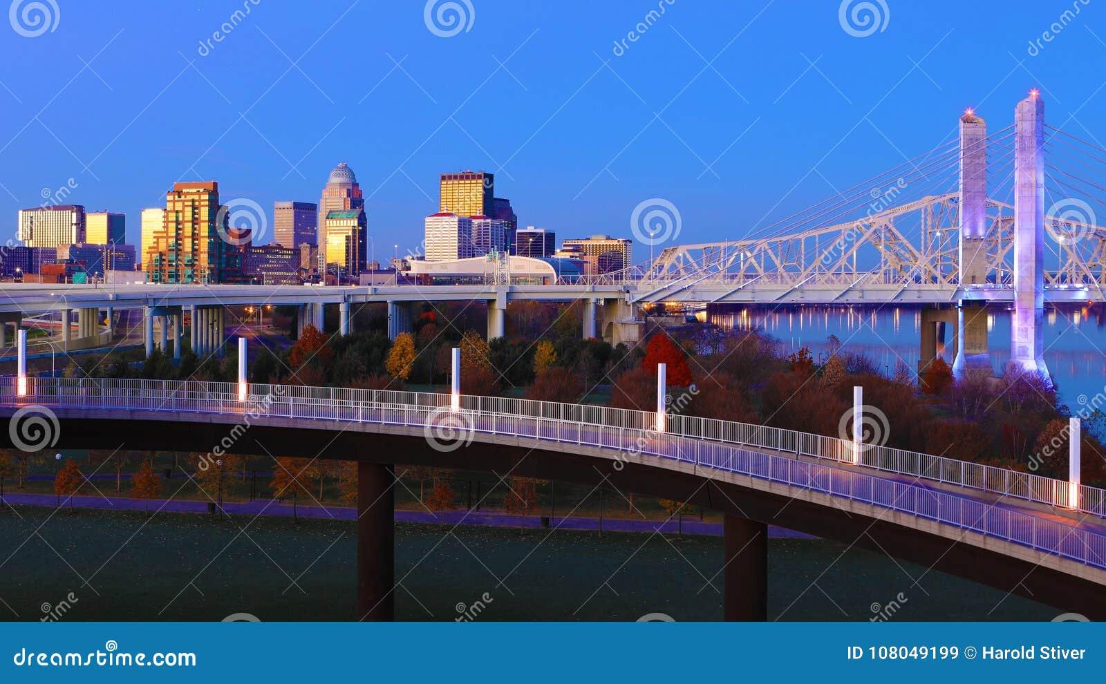 Skyline de Louisville, Kentucky no crepúsculo