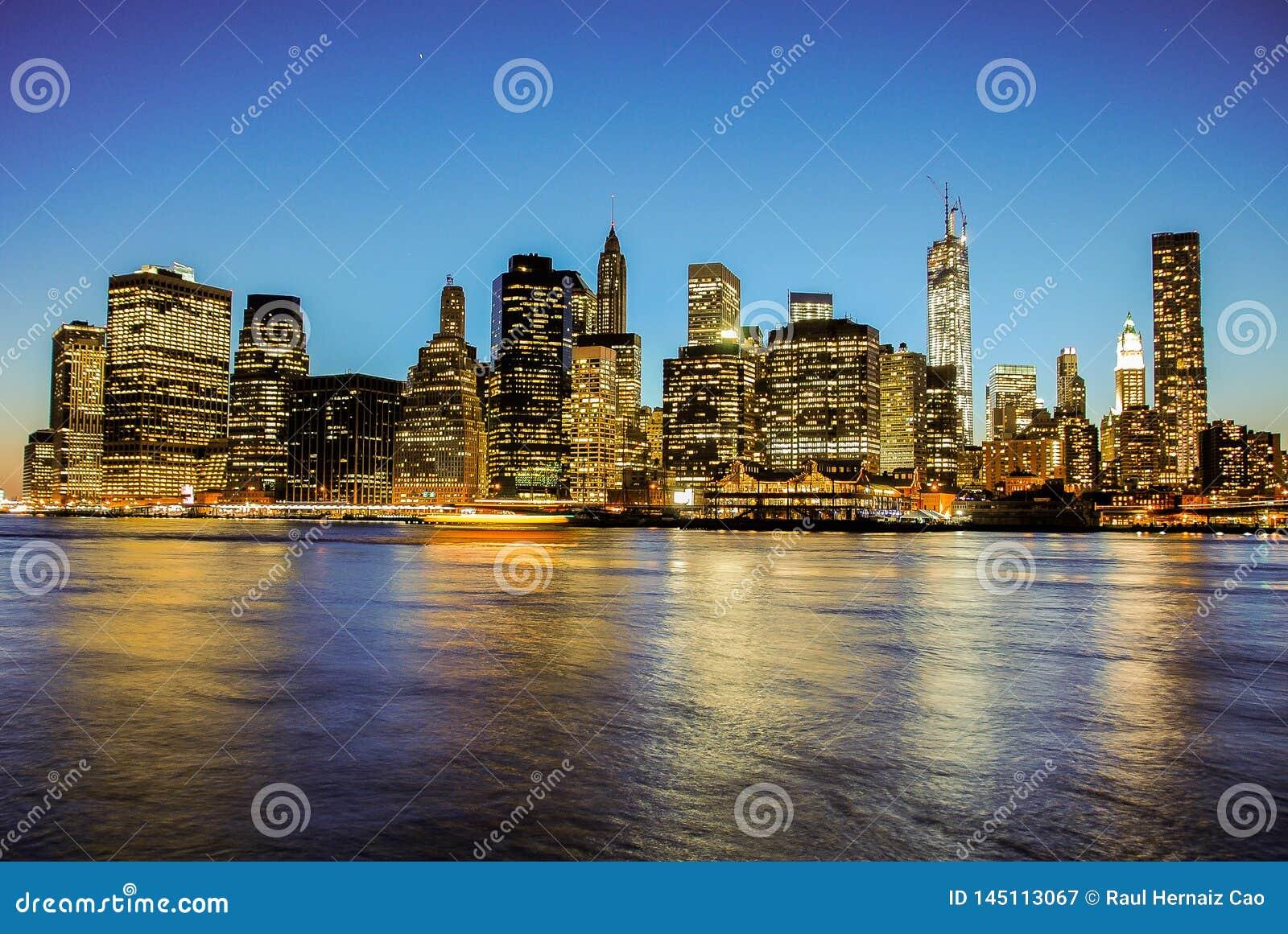 Skyline de Manhattan no por do sol, fechada à noite Vista agradável desde Brooklyn