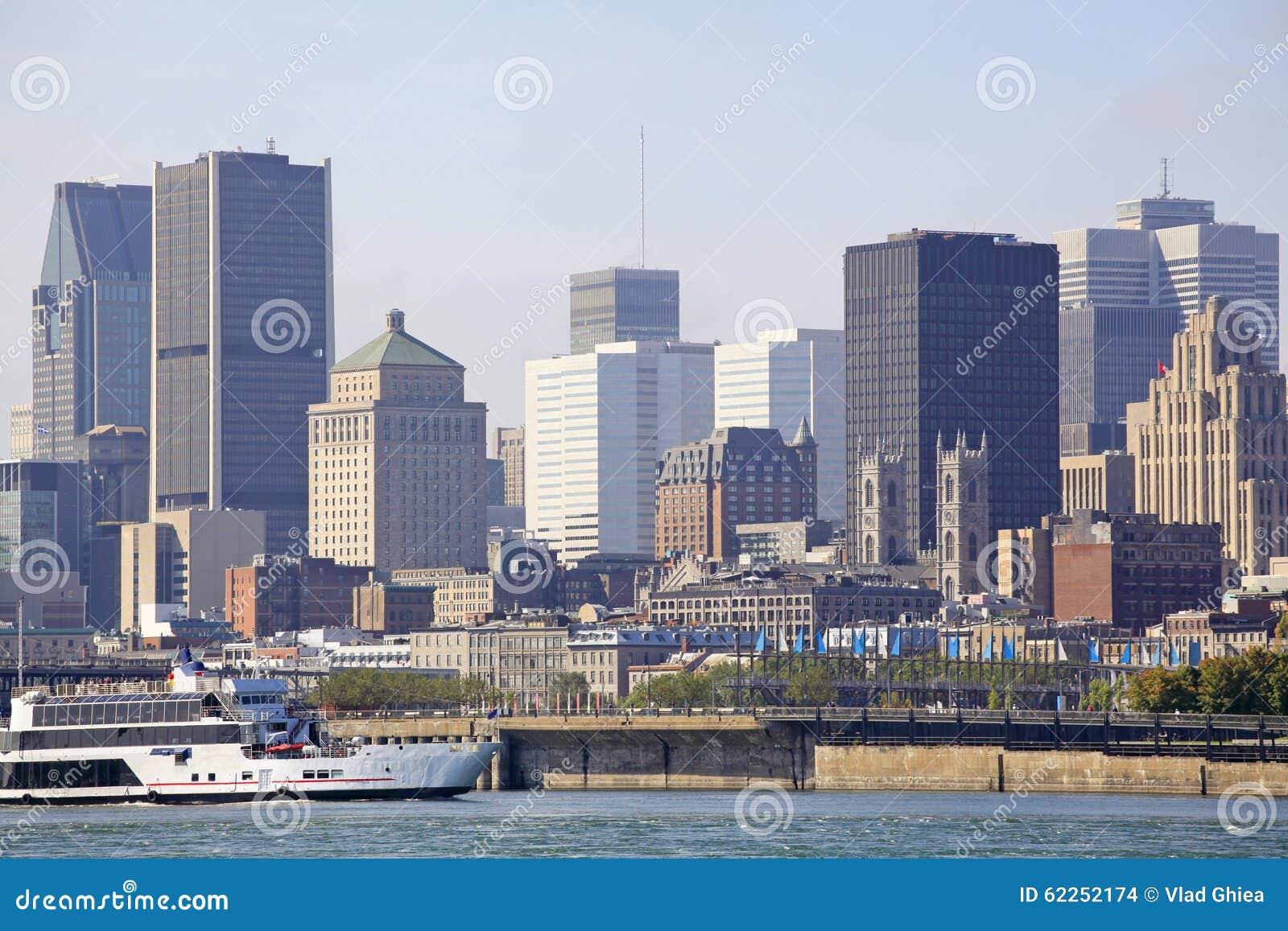 A skyline de Montreal e o barco do cruzeiro refletiram em Saint Lawrence River, Canadá