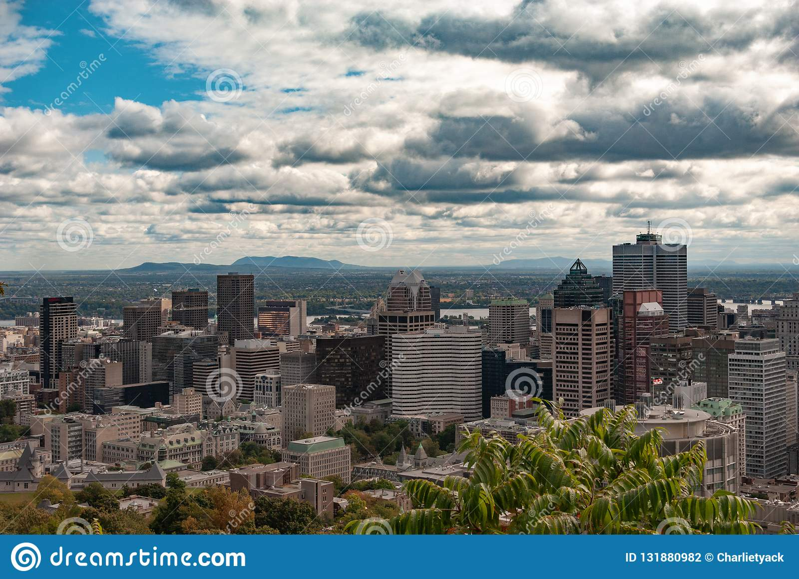Skyline de Montreal - os arranha-céus do distrito financeiro na cor