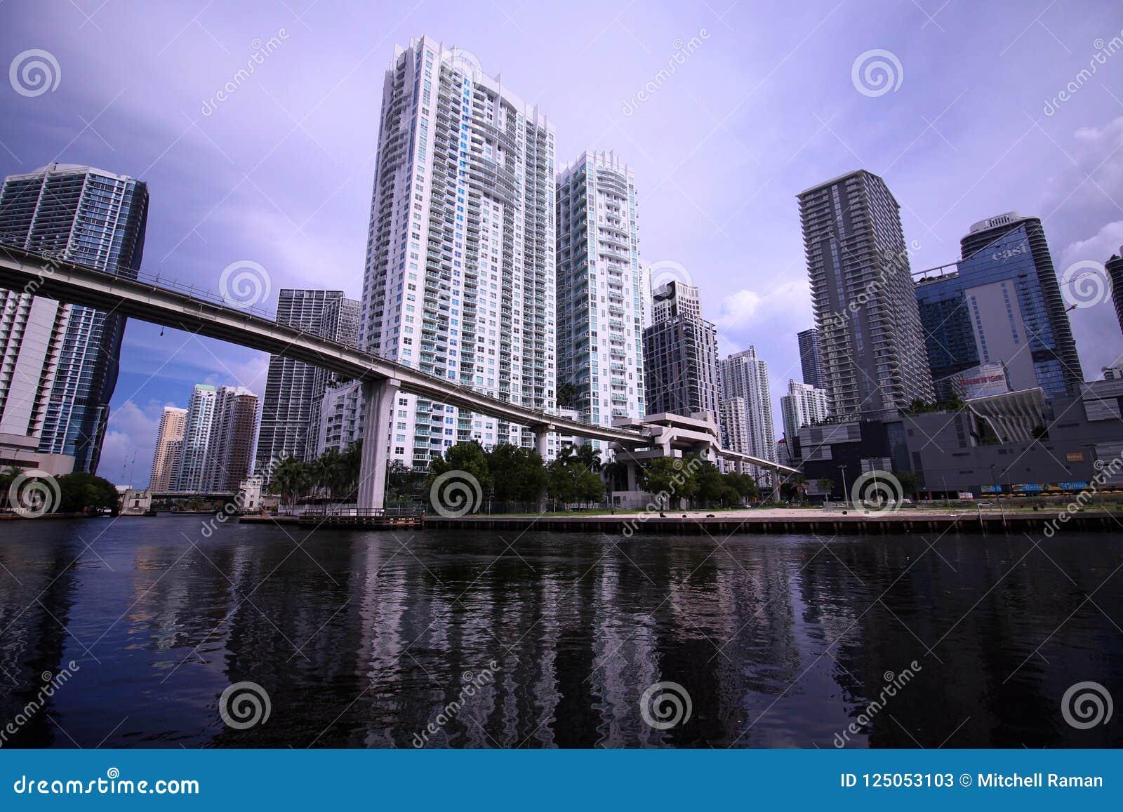 Skyline de Scape da cidade de Brickell Miami Florida do lado do rio